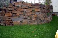 Bild Terrassenabtrennung mit einer freistehenden Bruchsteinmauer
